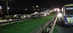 Stranded motorists who were stuck in traffic on Thika Superhighway on April 17, 2021. |Courtesy| Twitter|